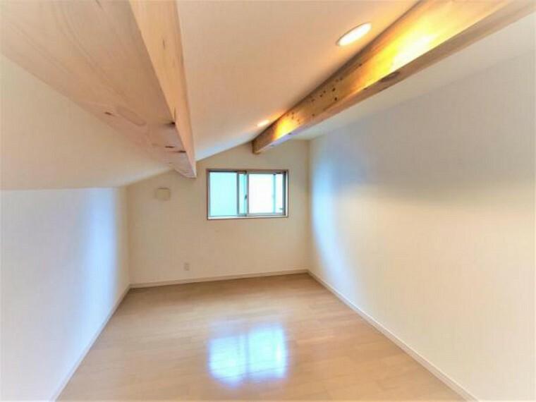 収納 こちらは2階小屋裏部分になります。収納や書斎として幅広く利用できるスペースです。こちらはクロスの張替えを行います。