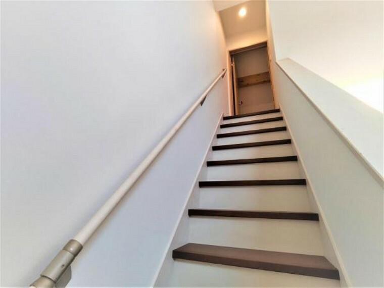 こちらは階段の様子です。階段は今回のリフォームでクリーニングを行います。リビング階段は見栄えも良く、オススメです。
