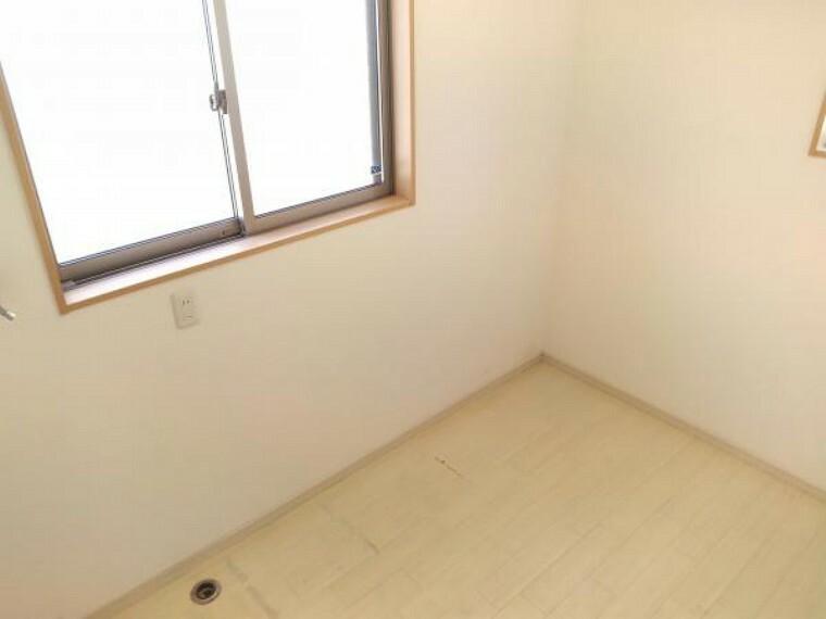 洗面化粧台 【現在リフォーム中】こちらは洗濯物を干すスペースになります。天候関係なく洗濯物が干せるのは良いですね。今回の工事でクロス張替、床の張替えをおこない、綺麗な状態になりますよ
