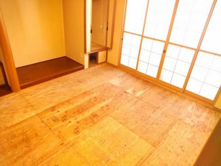 【現在リフォーム中】こちらは和室になります。一つ和室があると、落ち着く空間が出来るのでいいですね。今回の工事で畳の表替えを行い、壁はクロスを張り替えるため、綺麗な状態になります。