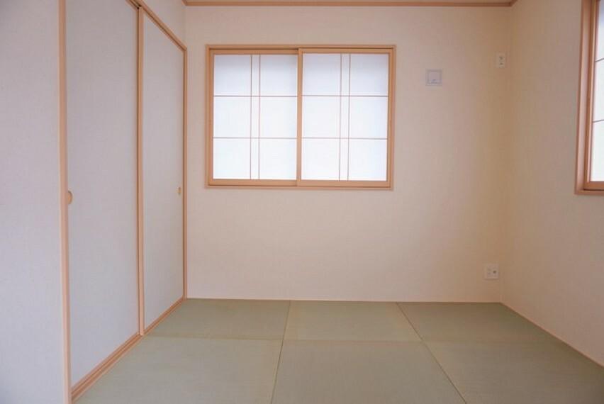 和室 同仕様写真。リビング隣には、ホッとできる和室を用意。お子様のお昼寝スペースや書斎としてなど、いろいろとお使い頂けます。