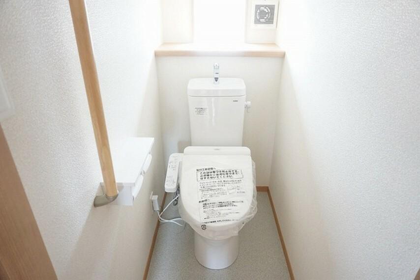 トイレ 同仕様写真。ウォシュレット、暖房便座、オートパワー脱臭、節電・節水機能、など、使い勝手のよい、高機能トイレです。