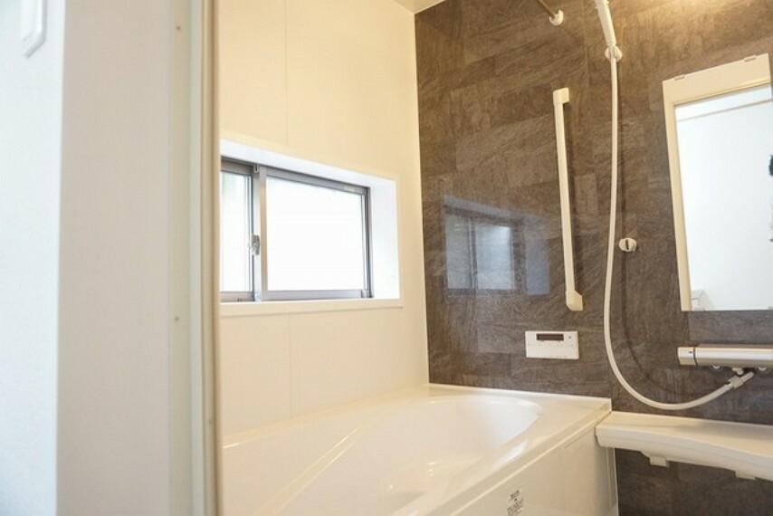 浴室 同仕様写真。日々の疲れを癒すくつろぎのバスルーム。足を伸ばしてもゆったりと入れるサイズです。お子様と一緒にお風呂に入っても狭くないですね。