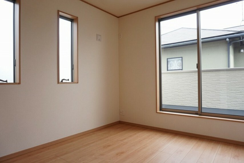 洋室 同仕様写真。2面採光を確保した明るい室内は、風通しも良く、大変居心地の良い空間となっております。爽やかな風を感じて起きる朝は、快適生活の始まりに。