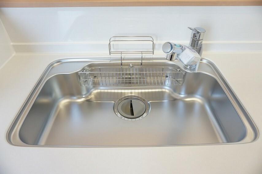 キッチン 同仕様写真。幅の広いステンレス製シンクで洗い物が楽々^^ステンレス製でお掃除も簡単です。