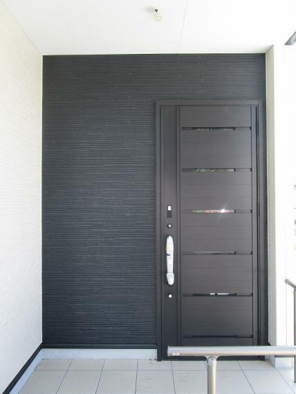 玄関 【1号棟】エントランス・外壁サイディング・ベタ基礎 基礎パッキン