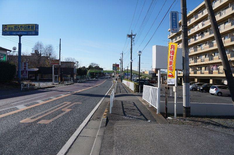 エントランス(外) 前面道路です。(北東から南西へ撮影)