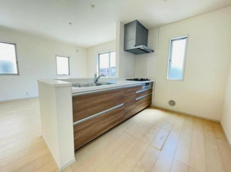 (キッチン)開放感たっぷりの対面キッチンは、小さなお子様も様子を見ながらお料理や洗い物ができます!