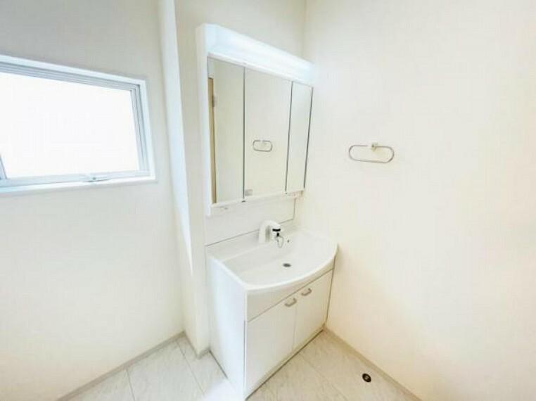 (洗面)三面鏡の裏にもたっぷり収納!ベースキャビネットも大容量で、スキンケア用品や掃除用品もスッキリ!
