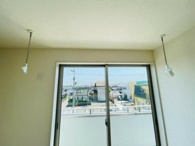 室内干し出来るホスクリーン付き。雨の日や花粉の気になる時期のお洗濯もOK