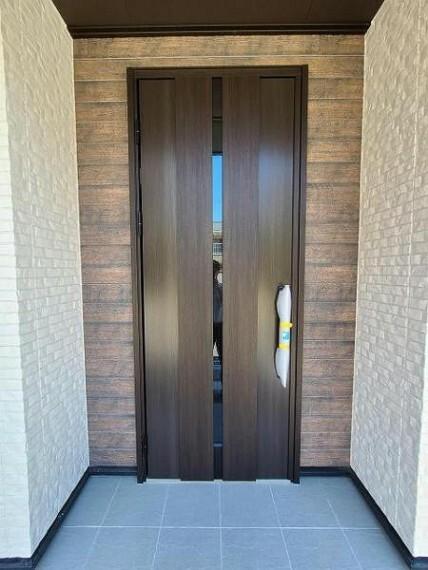 玄関 毎日目にする玄関ドアは、優しい木目調がいいですよね