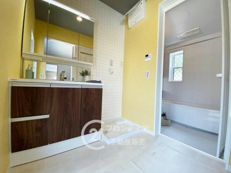 洗面化粧台 玄関からすぐの洗面所は汚れを部屋に持ち込まずにすみますね!