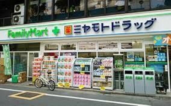 ドラッグストア ファミリーマート+ミヤモトドラッグ御成門店 徒歩6分。
