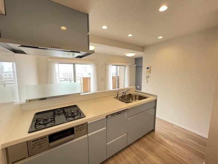 キッチン 収納豊富なキッチン かさばるお鍋やお皿など収納できるのでいつでも作業スペースを広々ととることができます