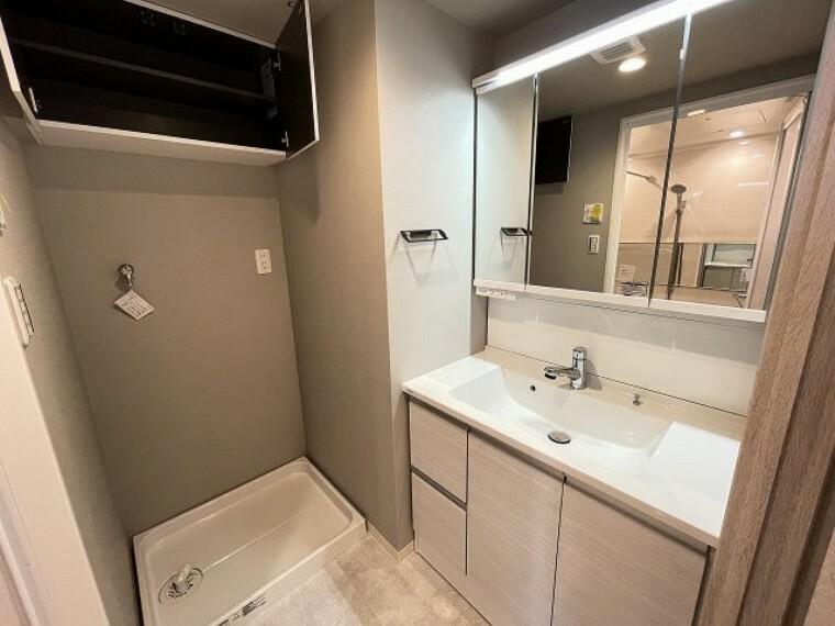 洗面化粧台 洗面台は三面鏡となっていて裏側には小物がしまえる収納つきとなっていますのでスッキリ使えます