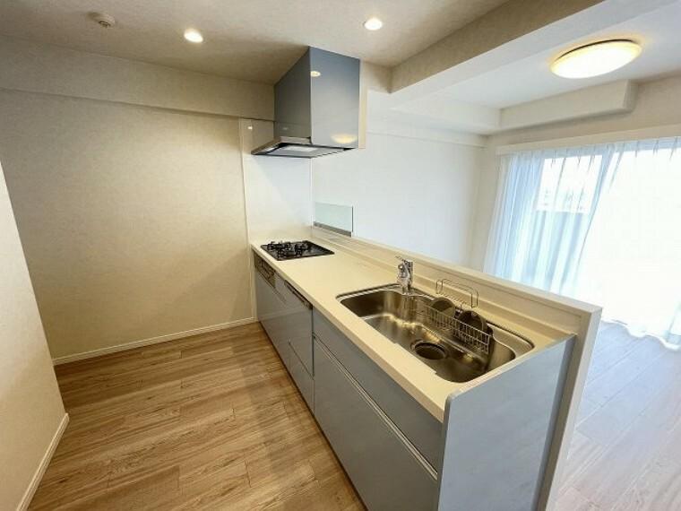 キッチン 収納豊富なキッチン かさばるお鍋やお皿など収納できるのでいつでも作業スペースを広々ととることができます。