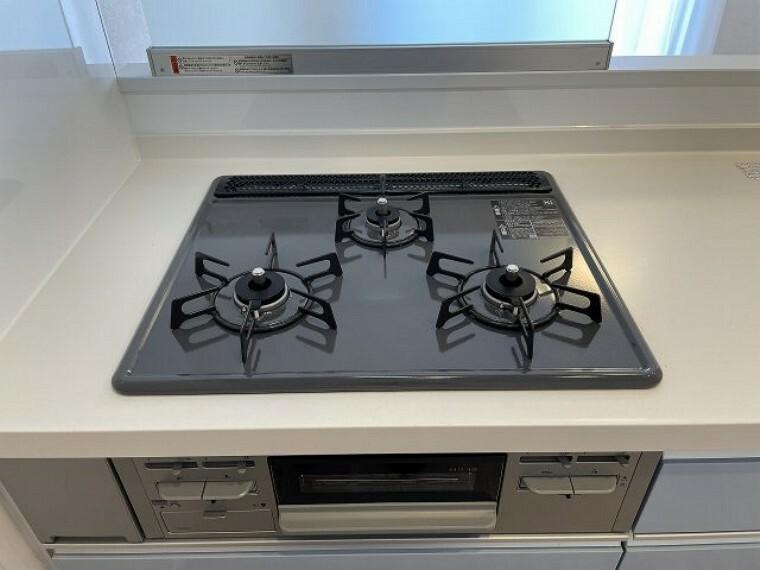 キッチン 3口コンロなので忙しい時の調理に便利です