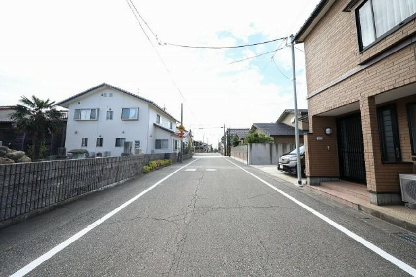 現況写真 前面道路が広く、趣のある街並みに立地しています。