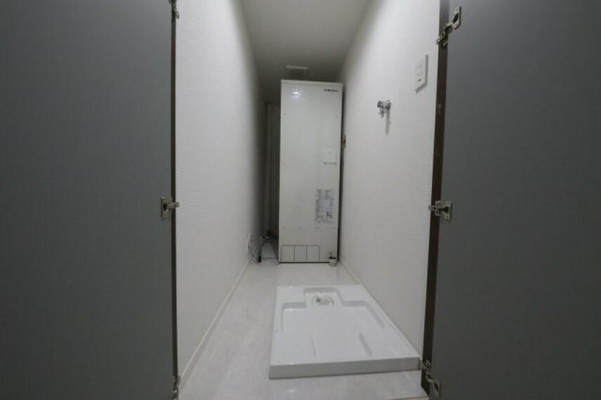 ランドリースペース 洗濯機置き場です、奥に見えるのは新品の電気温水器になります