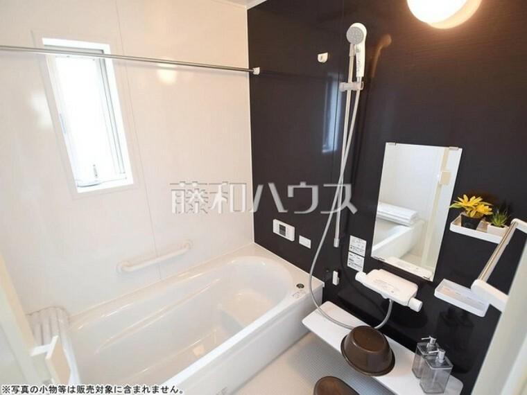 浴室 1号棟 窓付き浴室はしっかり換気ができていつも清潔に、毎日のバスタイムが楽しみになります。 【府中市緑町1丁目】