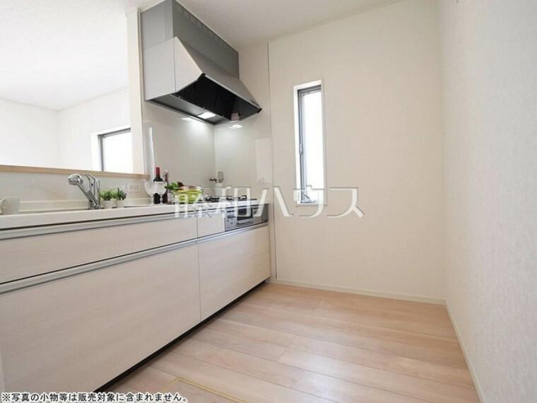 キッチン 1号棟 夫婦そろってキッチンに立っても調理がしやすい余裕の広さ。 【府中市緑町1丁目】