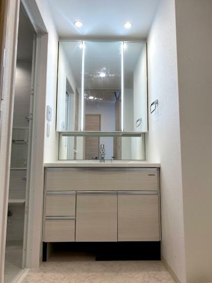 脱衣場 三面鏡付き洗面台