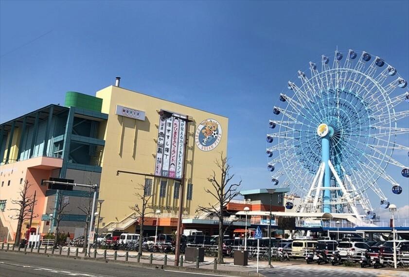 現況写真 2500m(車で6分)。ちびまる子ちゃんランドや清水港にあがった地魚を堪能できる清水すし横丁、富士山を望む観覧車、映画館などがある複合型テーマパークです。