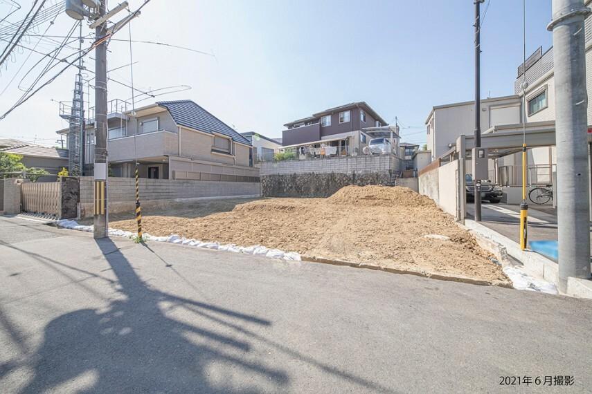 現況写真 2号地は106.41平米(約32.18坪)の整形地。南東向きですので、陽光差し込む明るい邸宅が実現します。積水ハウスの邸別自由設計で、ご家族の理想の住まいを叶えませんか。/2021年6月撮影