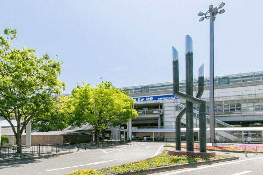 徒歩8分(約610m)。「大阪空港」駅へ乗車7分。乗車3分の「蛍池」駅にて阪急宝塚線へ、乗車5分の「千里中央」駅にて北大阪急行線に乗り換えが可能。阪神間や各方面へスムーズにアクセスできます。