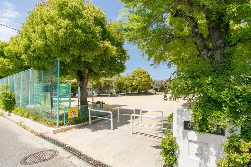 公園 徒歩6分(約480m)。小さなお子様と毎日のお散歩にも気軽に出かけられる距離です。広々としたグラウンドとブランコや滑り台、鉄棒などの遊具があり、子ども達の憩いの場となっています。