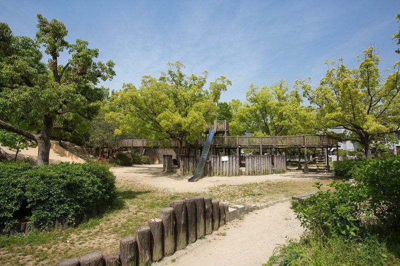 公園 唐池公園■木でできた大きな複合遊具や、石のすべり台などユニークな遊具 があります。また、大きな広場には屋根つきの休憩スペースが併 設されている、緑豊かな公園です。