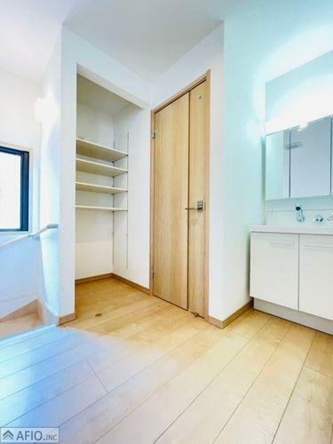 洗面化粧台 2階手洗い場、そばには収納つき