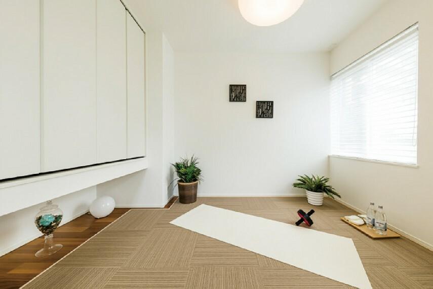【フレックスルーム】  リビングと隣接した個室としても続き間としても使えるフレックスルーム。肌に優しいテキスタイルを敷いており、軽い運動や、子どもたちの遊び場など、マルチに使えます。/PLAN1.2