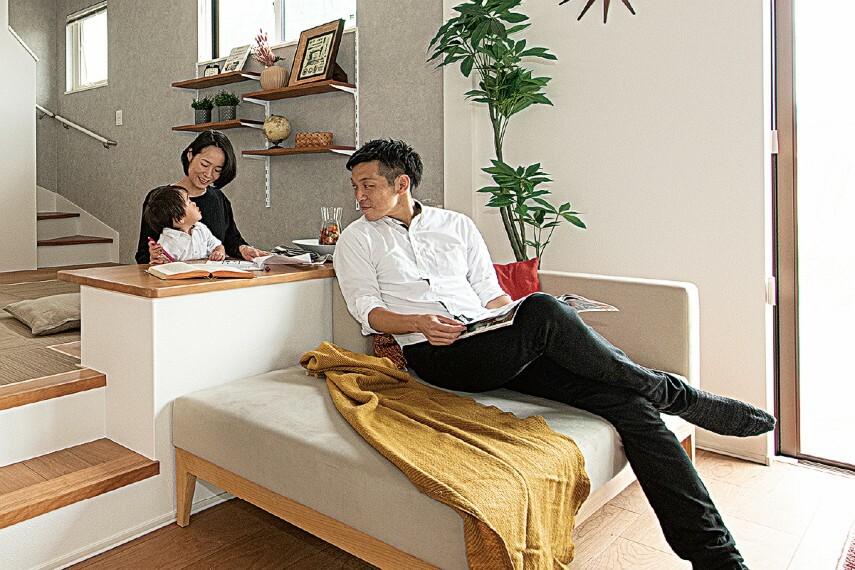 居間・リビング 【ステージリビング】  段差を持たせることで、空間をゆるやかに区切ることができるステージリビング。リビングにいる家族と程よく繋がりながら、自分の時間も楽しめるリズミカルな空間です。/PLAN3.4
