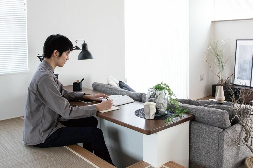 居間・リビング 【堀机カウンター】  堀机カウンターのあるステージリビングは、子どもの勉強スペースやリモートワークにも最適です。パソコンを置いて仕事をしたり。ひとりの時間も家族の時間も大切にできます。/PLAN3.4