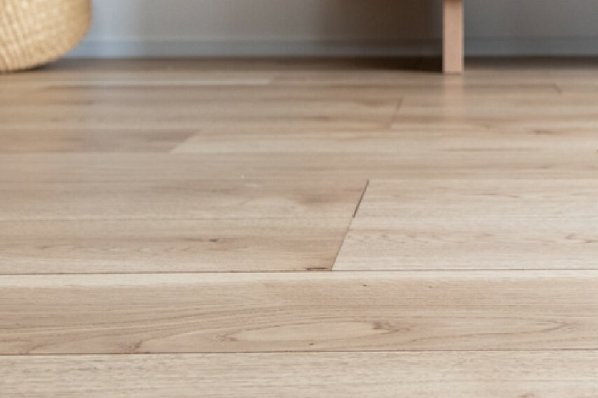 【エアー・ウォッシュ・フローリング】  時が経つほどに木肌や木目の色や味わいが益々深まっていく「銘木」と呼ばれる樹種をセレクトしたフローリング。室内照明が当たるだけで、ウィルス・菌・汚れ・臭いやシックハウスの原因物質を分解・除去する可視光型光触媒を採用した画期的な床材。