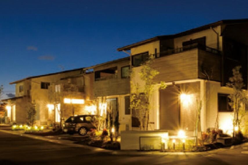 現況外観写真 【灯かりのいえなみ協定(R)】  街区全体を明るくすることで、安全性と防犯性を高める「灯かりのいえなみ協定(R)」を実施。ガーデンライトやブラケット灯が夕刻時に自動点灯、明け方に消灯します。