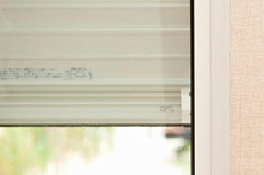 【リモコン付電動シャッター】  電動シャッターは、窓を開けずに開閉が可能なワンタッチ操作のリモコンタイプを採用しています。防犯対策とともに、雨風による汚れから窓を守ります。