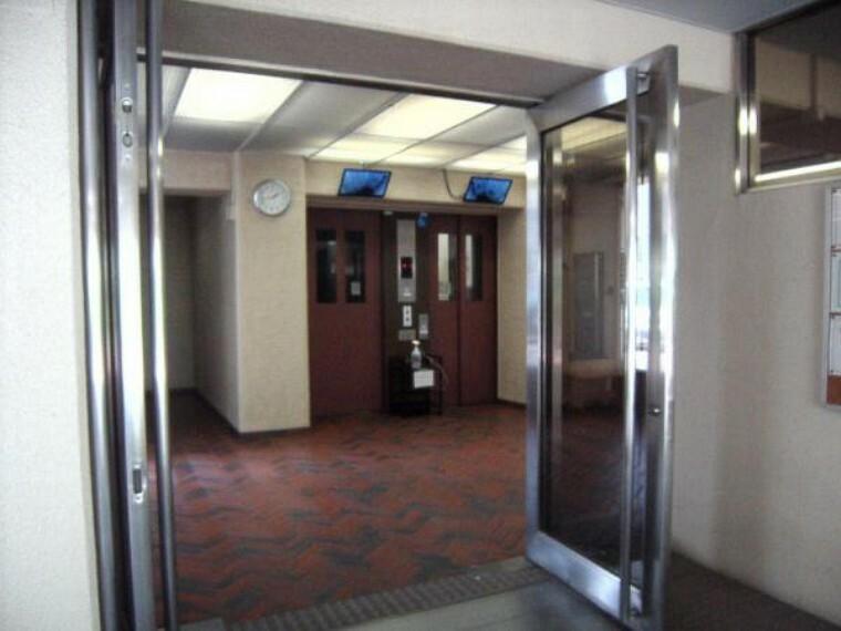 エントランス(外) 現地C号棟エントランス及びエレベーターホール。