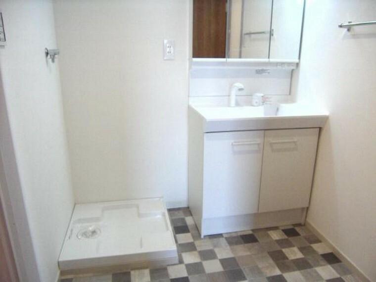 洗面化粧台 新品に交換済みの洗面化粧台および洗面所。