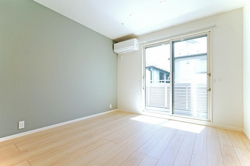 寝室 No.7_主寝室(撮影_2021年8月)朝日が照らすよう計画された主寝室。南面に設計された窓は朝日はもちろん、WIC横の窓も開放して、室内の通風まで考えられた安らぎの空間。