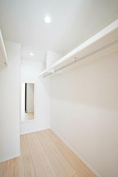 収納 No.7_WIC(撮影_2021年8月)主寝室に設計されたWICは今や必須のスペース。約62着もの衣類を掛けられる収納力はもちろん、姿見付きで外出が楽しみになる空間として設計。