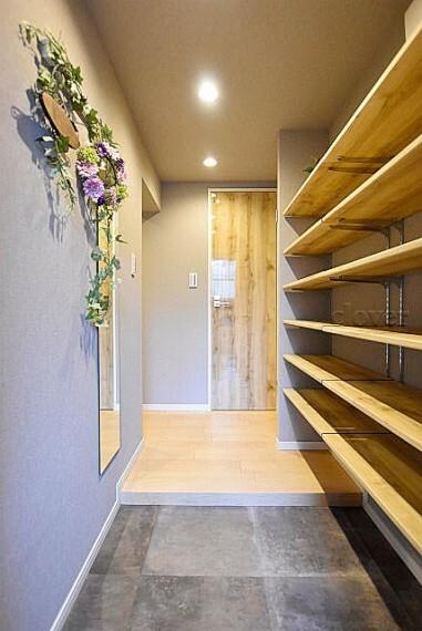玄関 玄関から室内 靴用の棚