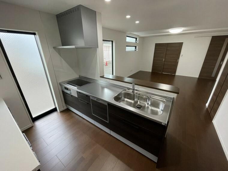 キッチン システムキッチン オール電化対応のため、3口のIHクッキングヒーターです