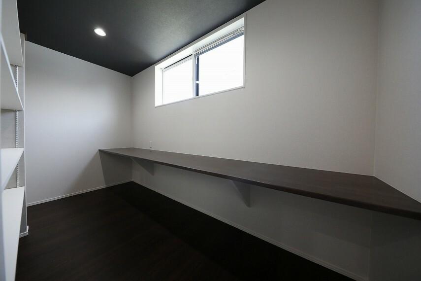 洋室 2階 洋室10帖 カウンターと棚でワーキングスペースに