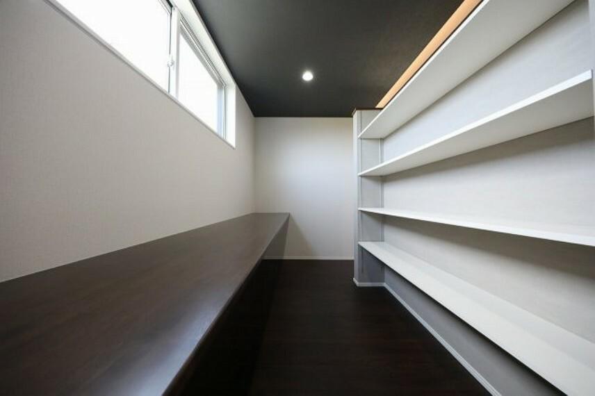 洋室 2階 洋室10帖にある収納スペースです。