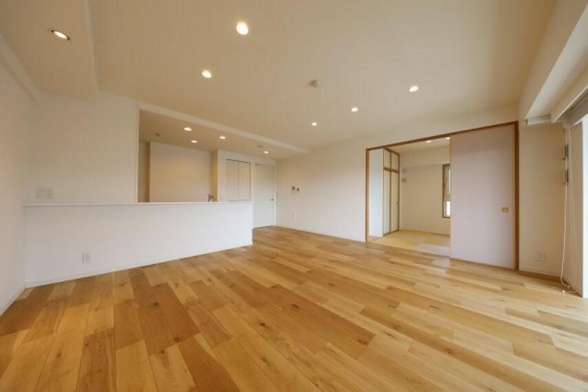 居間・リビング リビングです、2018年に床材は無垢に張替え済み。