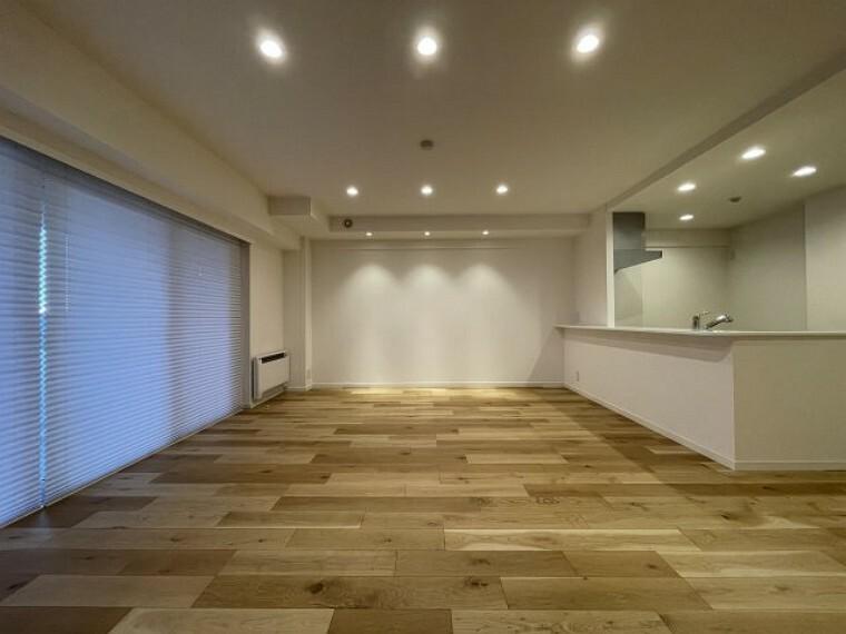 居間・リビング 使用されている床材は、株式会社イクタ 銘木フロアーシルク(旧銘木フロアー源平)のナラ樫です