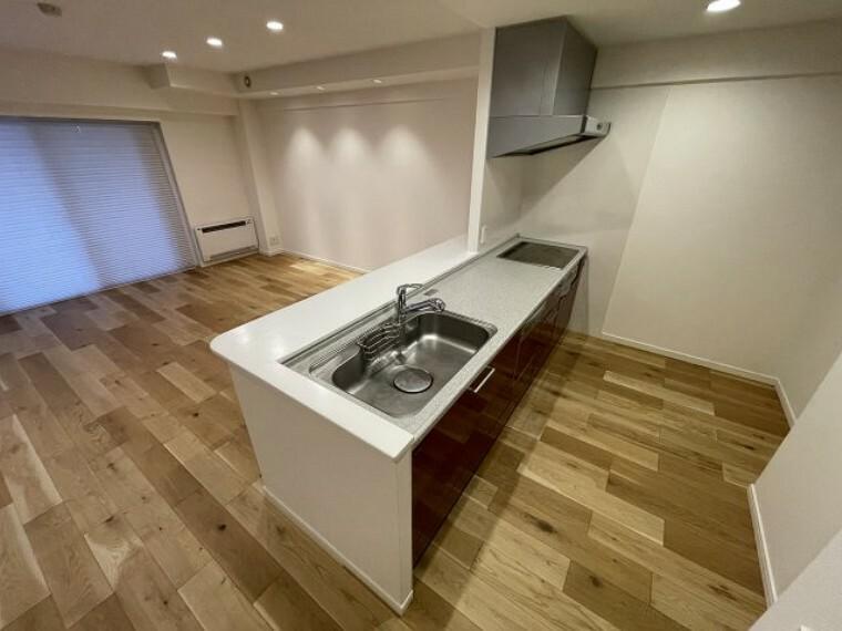キッチン 備え付け収納棚付きの対面式キッチンです
