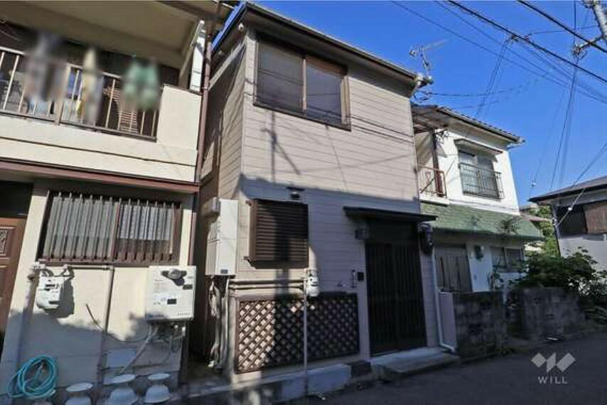 外観写真 昭和45年築の木造2階建。連棟住宅(2戸1)で、平成29年に連棟住宅全体を耐震診断した上、耐震工事をしております。